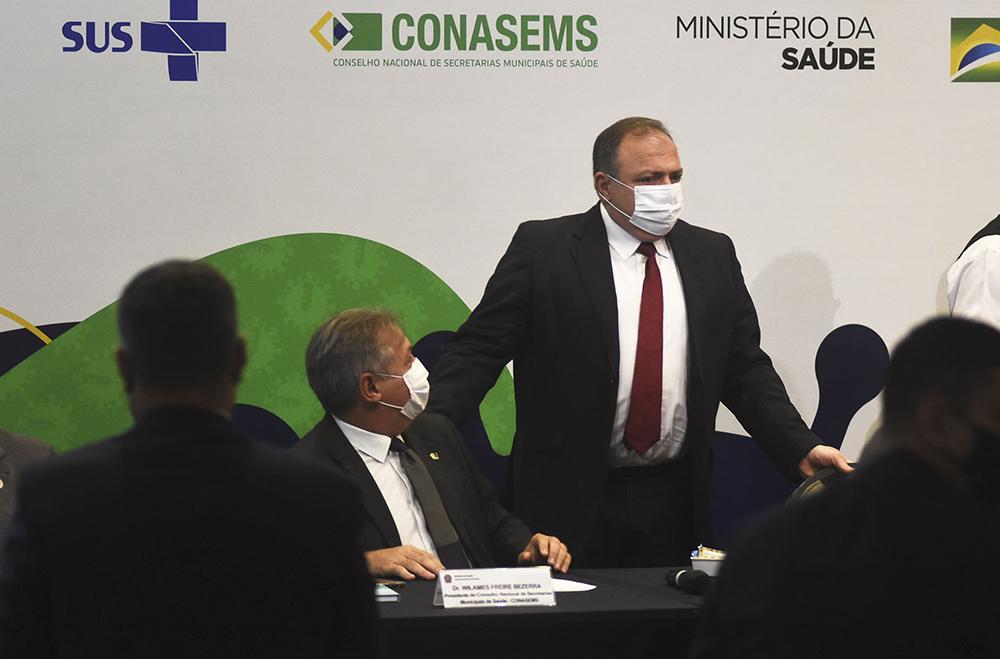 O atual ministro, general Pazuello, não é médico, e pouco depois de ser empossado admitiu que, até então, desconhecia o SUS
