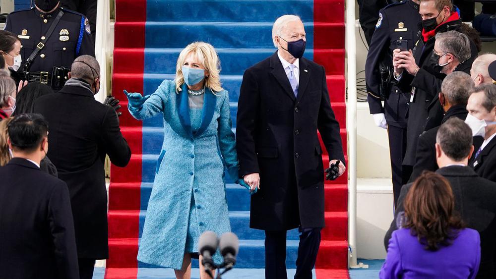 O presidente eleito Joe Biden e Jill Biden chegam em na cerimônia de posse