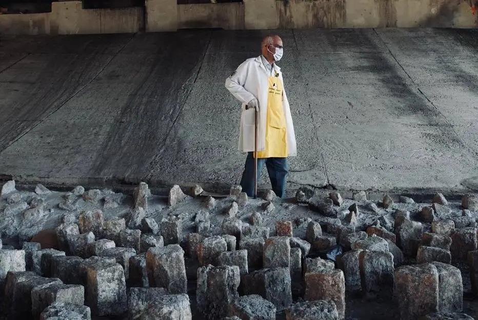 Padre Julio Lancellotti vai até viaduto para retirar pedras colocadas pela prefeitura