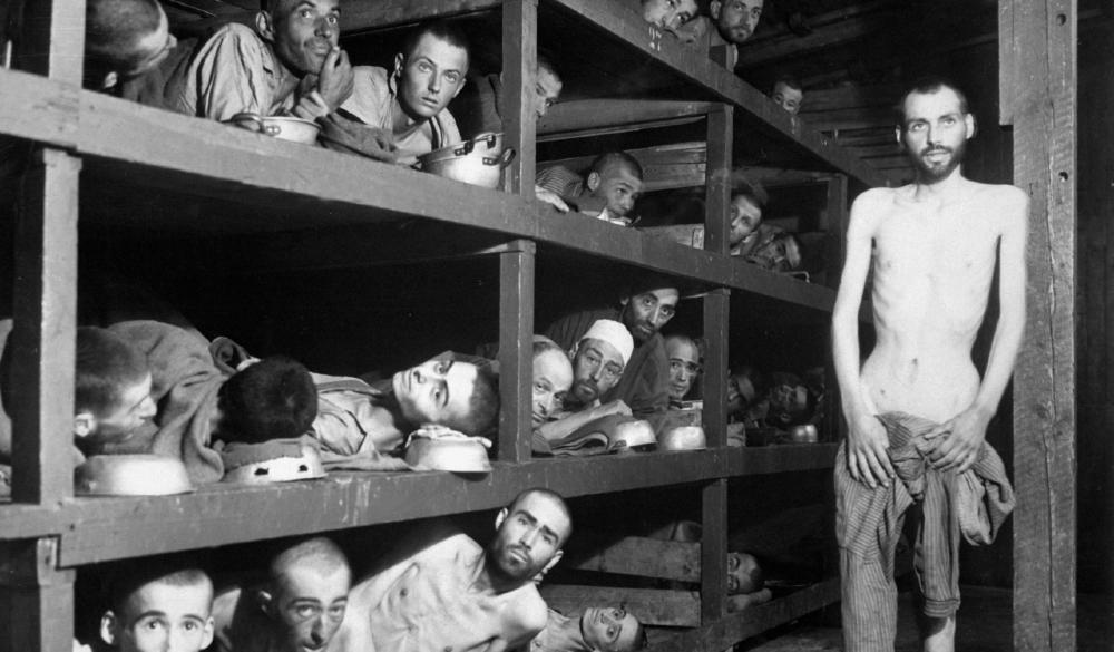 Trabalhadores escravos do campo de concentração de Buchenwald perto de Weimar; muitos morreram de desnutrição