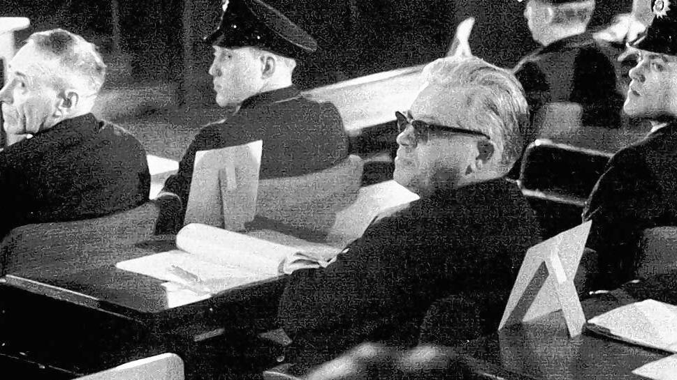 Capesius (com óculos) como réu no julgamento de Auschwitz