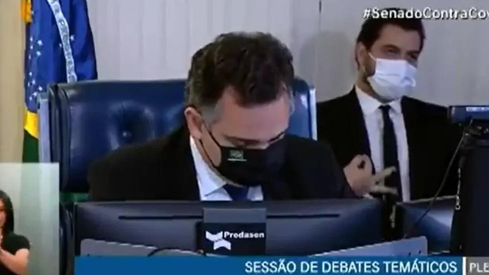 Caíram ministros, caíram generais, mas Filipe Martins, fotografado no Congresso quando fazia gestos racistas, continua no cargo, protegido por Eduardo e Carluxo Bolsonaro