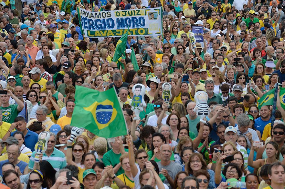 Manifestantes protestam no Rio de Janeiro, na manhã de 04/12/2016 a favor da Lava Jato e do juiz Sérgio Moro