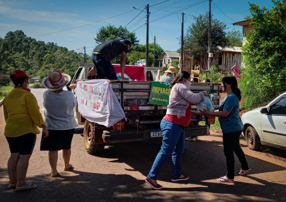 Famílias do MST doam 5 toneladas de alimentos e 600 litros de leite no Paraná em 5 de abril para minimizar a fome