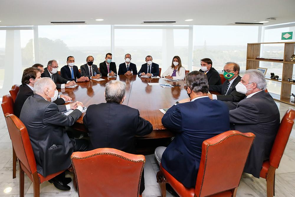 Governo precisa manter Centrão bem alimentado. Na foto, presidente em reunião com o vice-líder do governo no Congresso Nacional