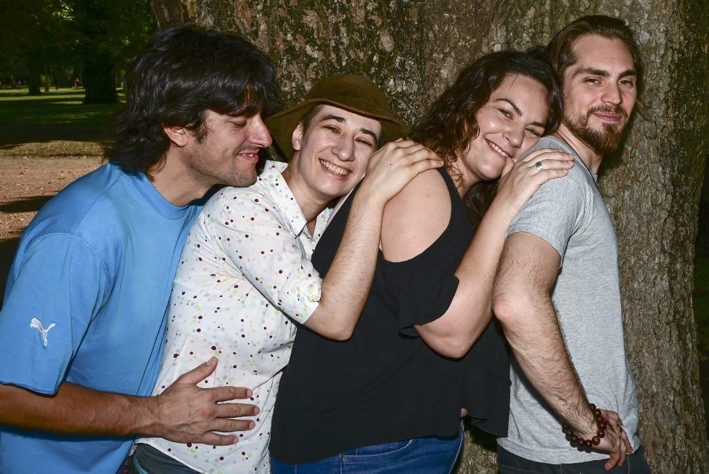 Os argentinos Gabriel Lopez (E), Deb Barreiro (2-E), May Ferreira (2-R) e Federico Franco (R), que vivem uma relação poliamorosa, posam para uma foto no Parque Avellaneda, em Buenos Aires, em 4 de fevereiro de 2020