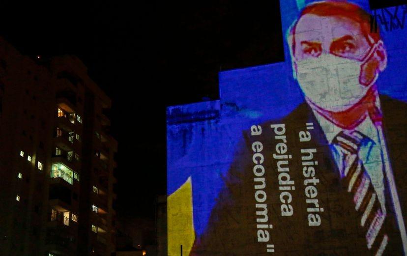 Projeção critica atuação de Bolsonaro durante a pandemia