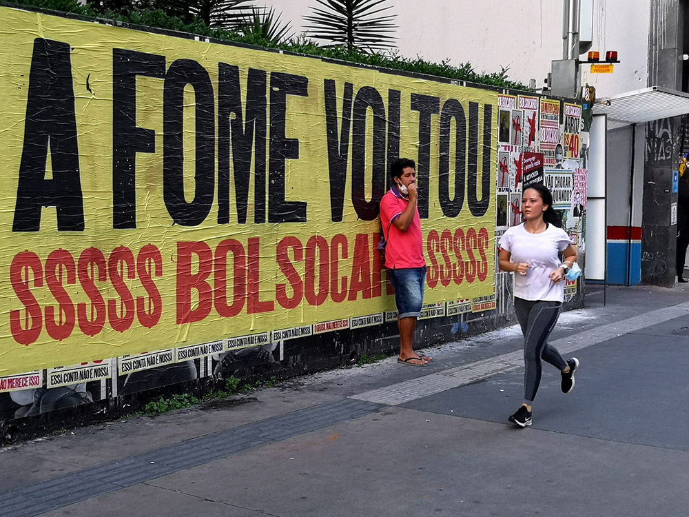 Lambe lambe em muro na Avenida Paulista, próximo da rua Haddock Lobo, anuncia que a fome no Brasil voltou