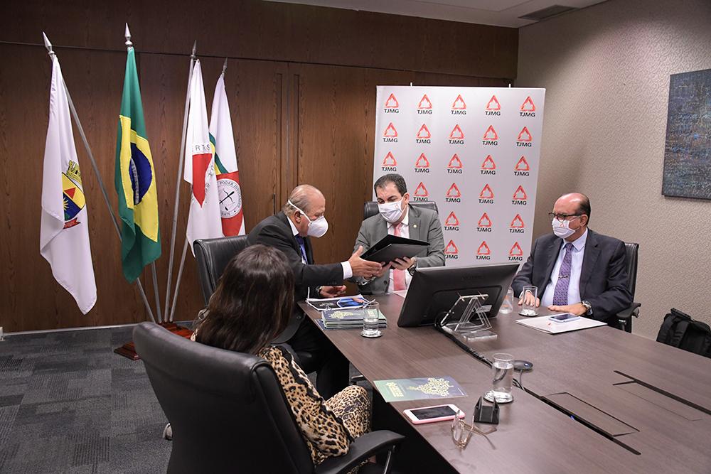 O presidente do TJMG, Gilson Lemes, entregou ao ministro Augusto Nardes uma pasta contendo os materiais desenvolvidos pelo tribunal para seu programa de integridade