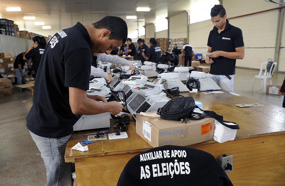 A urna eletrônica nacional foi projetada e fabricada no Brasil por brasileiros