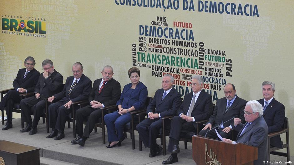 Para haver democracia, há de se ter os princípios do consenso popular, da responsabilidade política e de mobilidade da classe dirigente. Na foto, a então presidente Dilma, com seu vice, e ex-presidentes na instalação da Comissão Nacional da Verdade
