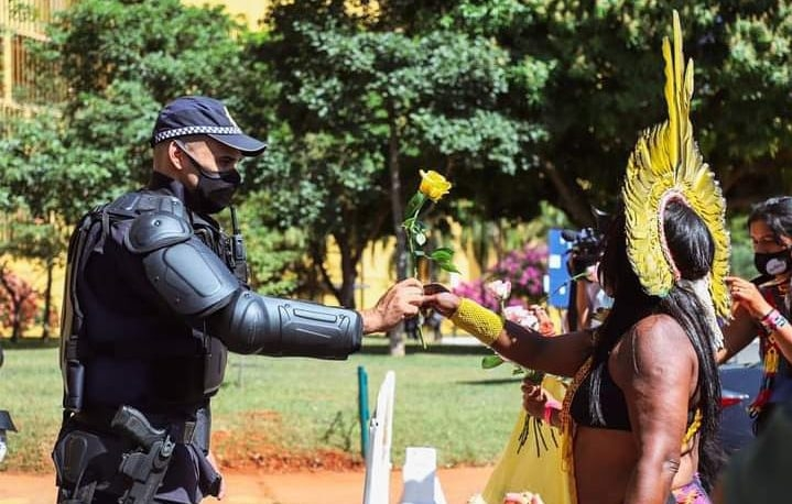 Na última quarta-feira (23), indígenas voltaram a protestar, levando flores. Atos são contra projeto de lei que dificulta a demarcação de terras indígenas