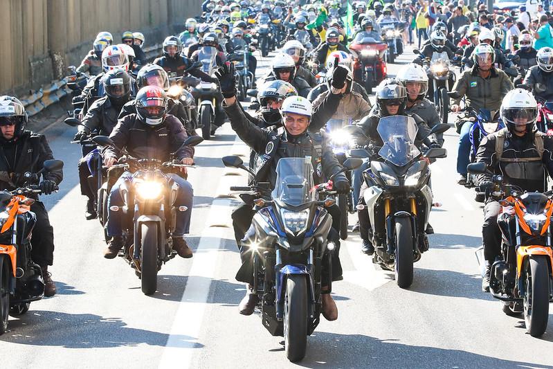 Enquanto a humanidade sofre a tragédia desta pandemia, o presidente do Brasil participa na de 'motociata' com apoiadores em Porto Alegre
