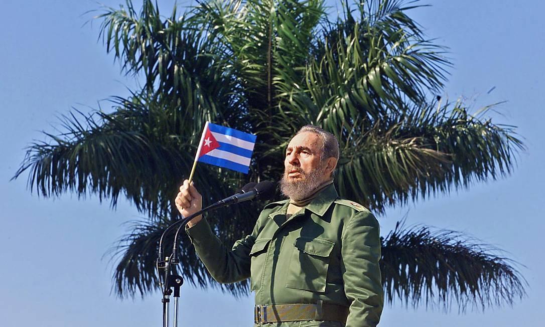Eletrizado pela excitação de suas próprias ideias, Fidel se levantava, andava de um lado a outro, parava no meio da sala, os pés juntos, o tronco arqueado para trás, a cabeça tombada sobre a nuca e o dedo em riste