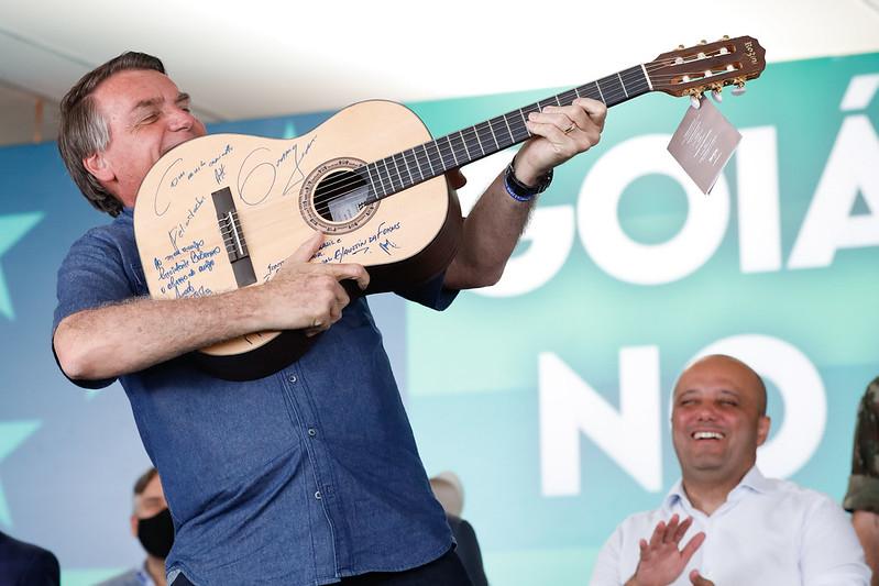 Em vez de apontar soluções, Bolsonaro passeia de moto e recomenda a compra de fuzis
