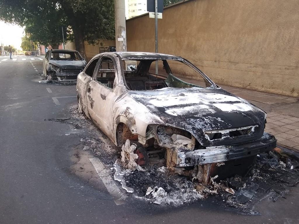 Grupo fortemente armado de ladrões causou estragos em Araçatuba, na manhã de 30/08, atingindo três bancos , ateando fogo a veículos e amarrando reféns em seus carros de fuga, em um ataque que deixou pelo menos três pessoas mortas