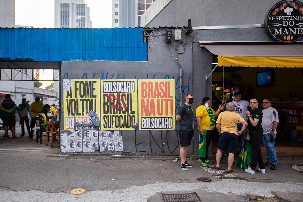Manifestantes favoráveis a Bolsonaro se reúnem na Avenida Paulista
