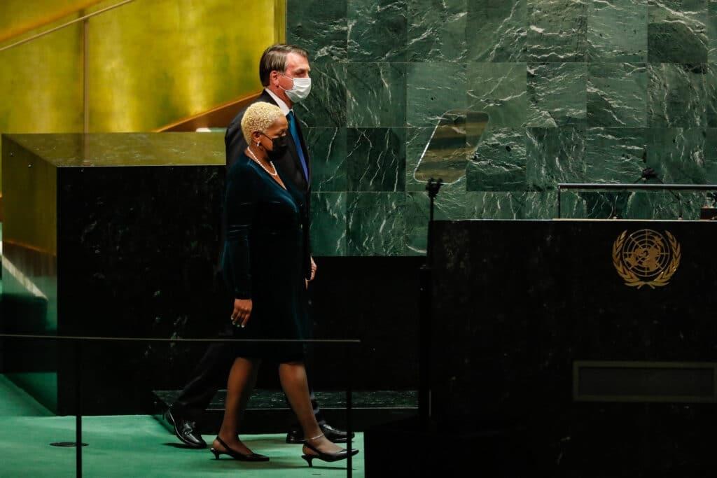 Presidente se dirige à bancada para proferir seu discurso na abertura do Debate Geral da 76a Sessão da Assembleia Geral das Nações Unidas