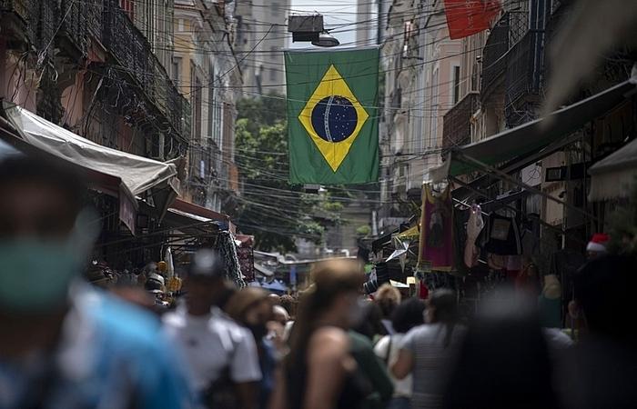 É preciso, sem paixões partidárias e entrincheiramentos em torno de nomes, reconhecer que o Brasil está mergulhado numa conjunção de crises sem precedentes