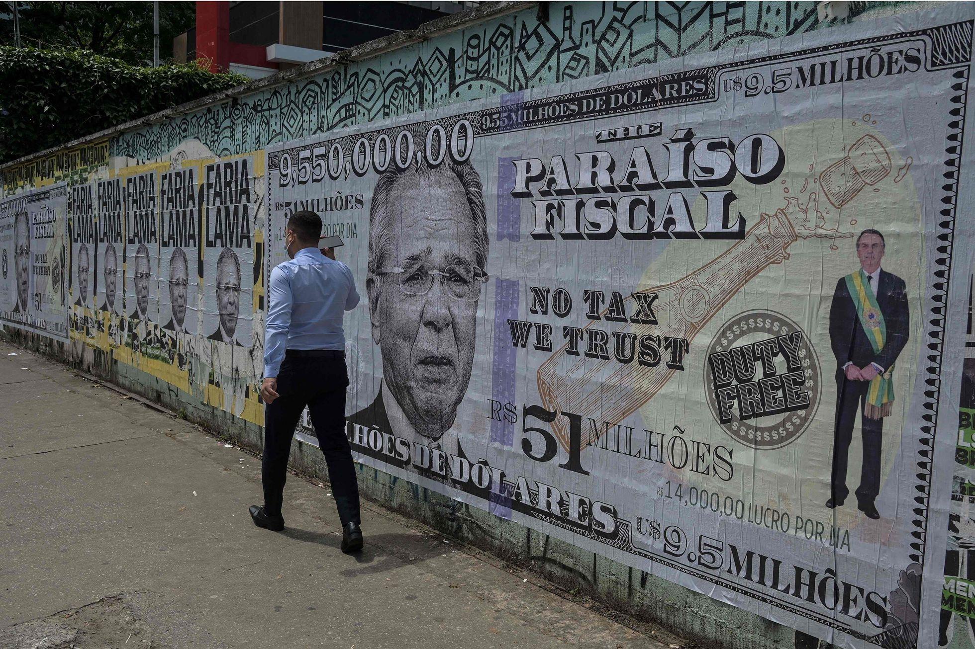 Cartaz em São Paulo que critica o ministro Paulo Guedes e o caso das 'offshores', revelado pelo 'Pandora Papers'.
