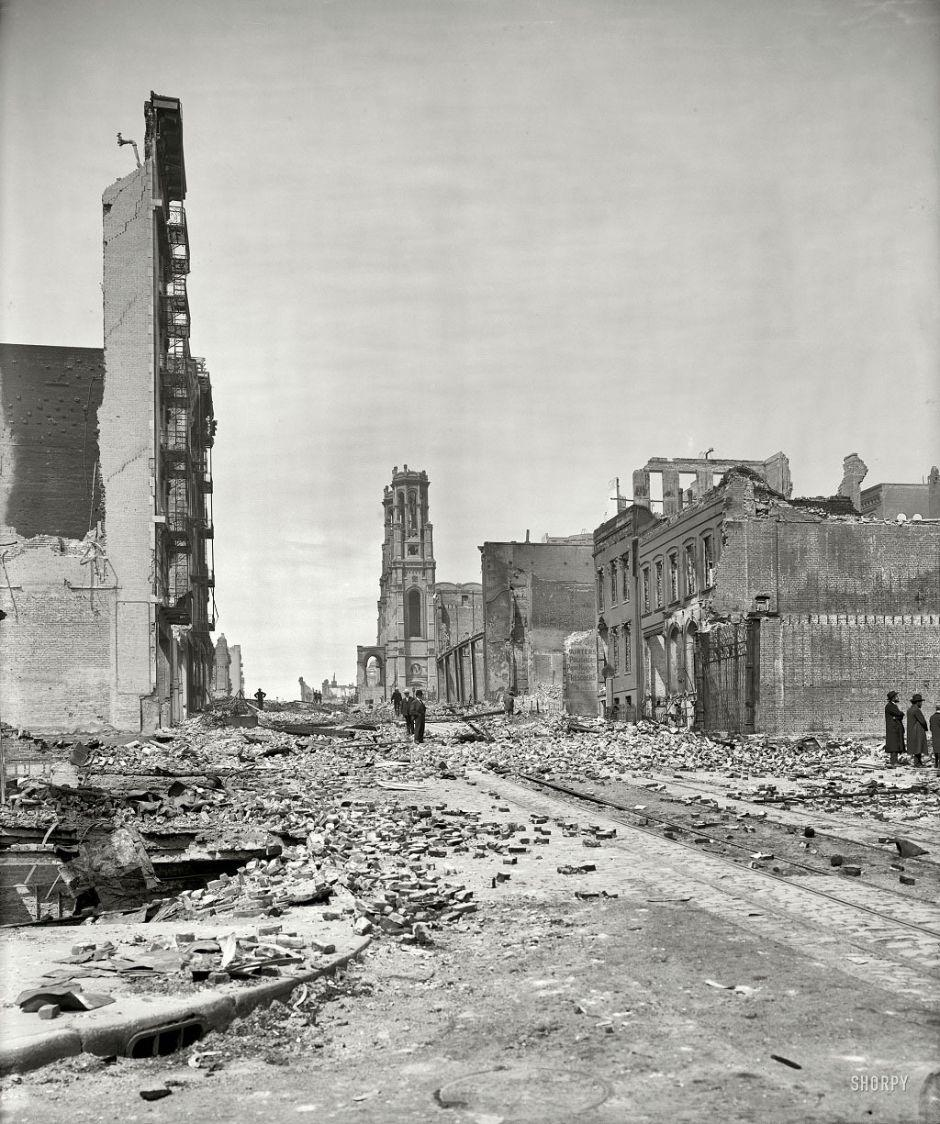 Grant Avenue after an earthquake in San Francisco, 1906.