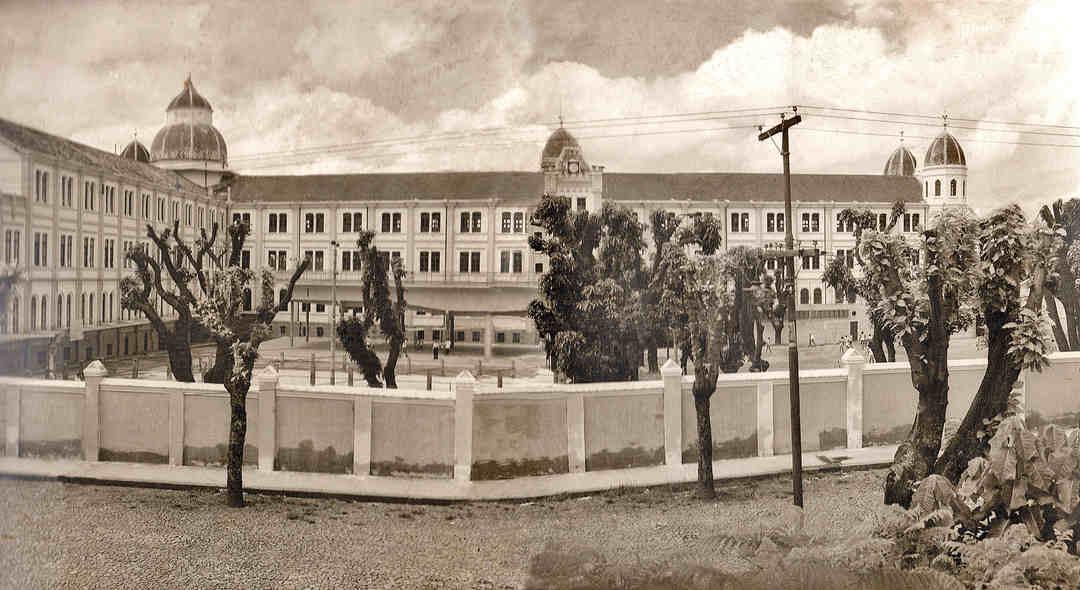Interior do colégio Arnaldo visto da rua Timbiras, anos 1940