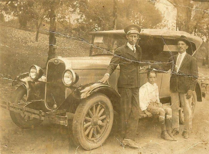 Pai, filho e o chofer de um Ford no Parque Municipal, 1925