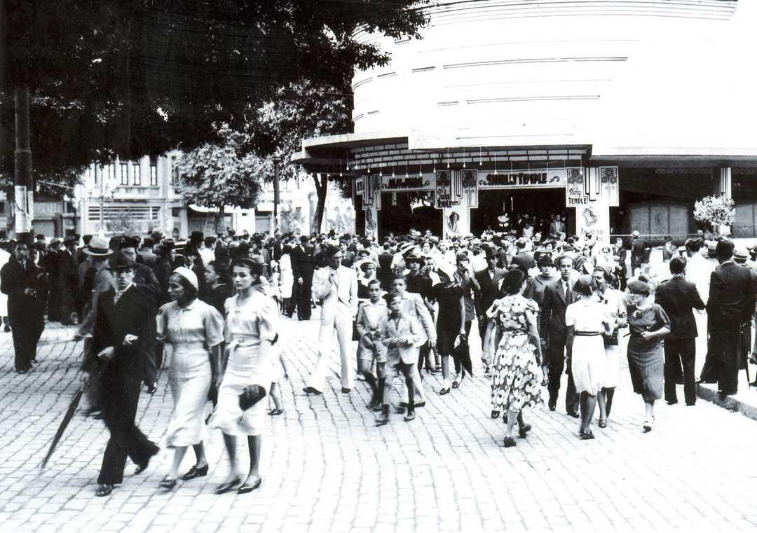 Platéia saindo do Cine Brasil, 1936