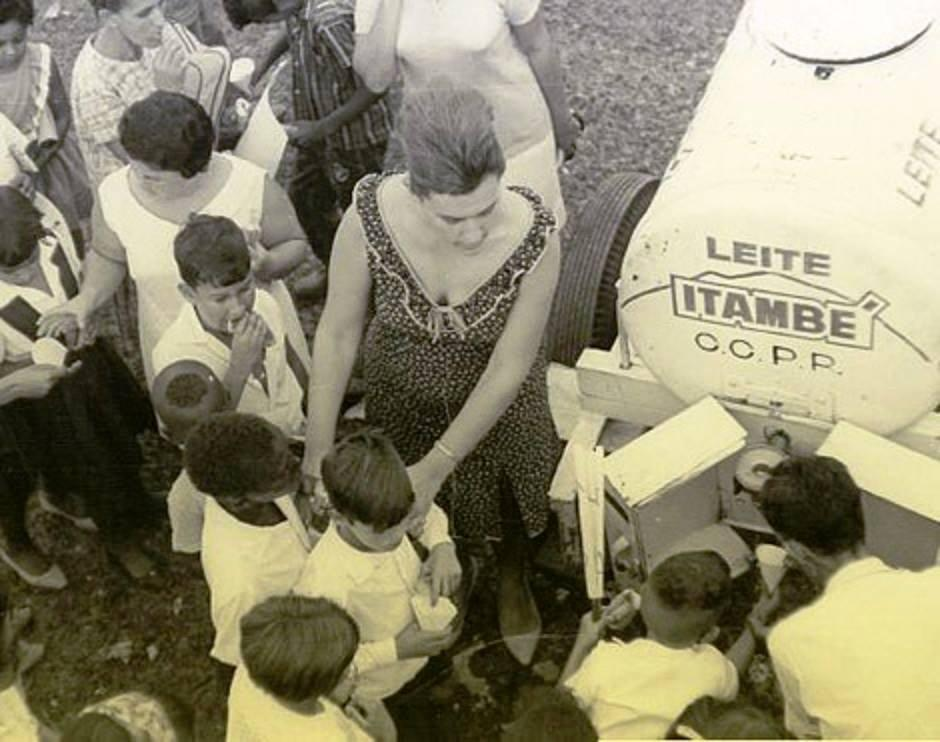 Caminhão-vaguinha percorre  escolas públicas incentivando o consumo de leite, 1960
