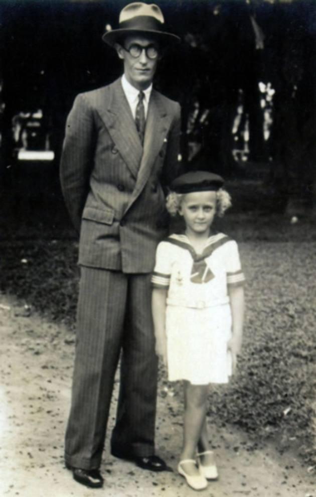 Carlos Drummond de Andrade e a filha Julieta no Parque Municipal, 1933