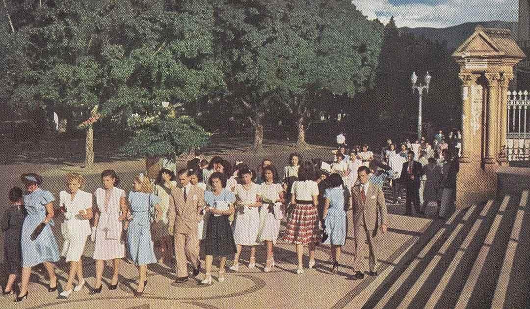 Footing em frente à Igreja de São José em 1948