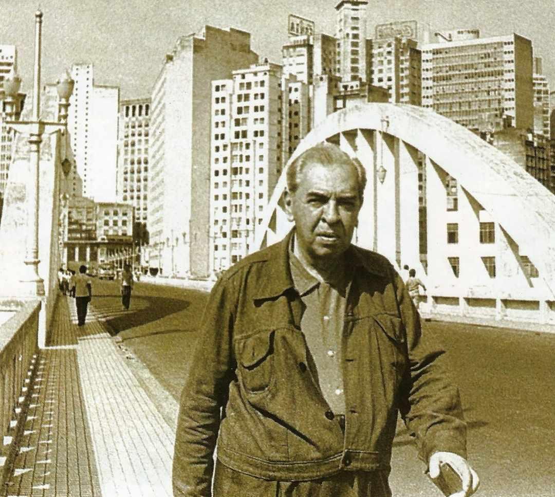 O escritor Pedro Nava atravessa o viaduto Santa Tereza, anos 1960