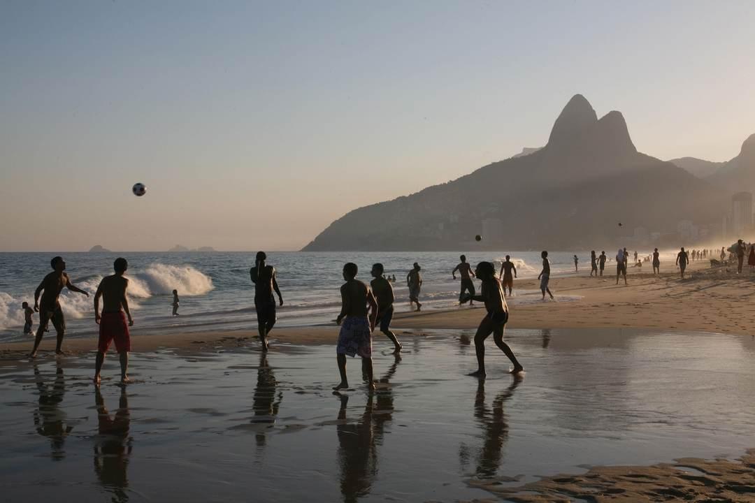Futebol em Ipanema com o Morro Dois Irmãos ao fundo