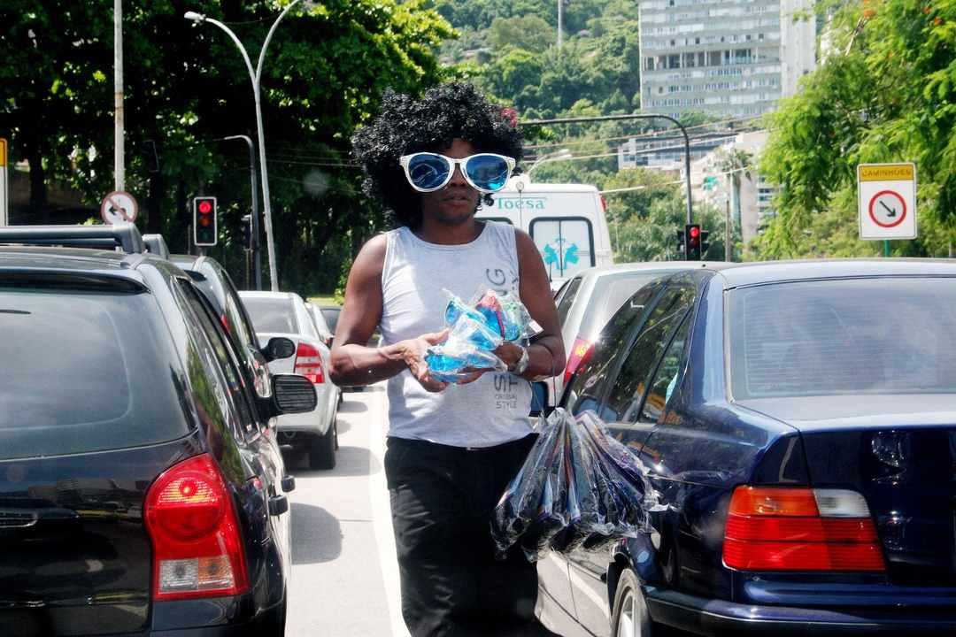 Cena carioca num sinal de trânsito