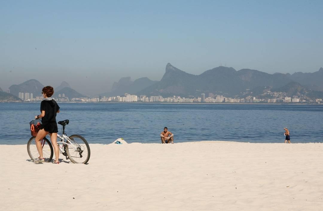 Praia de Icaraí, Niterói, com o Rio ao fundo