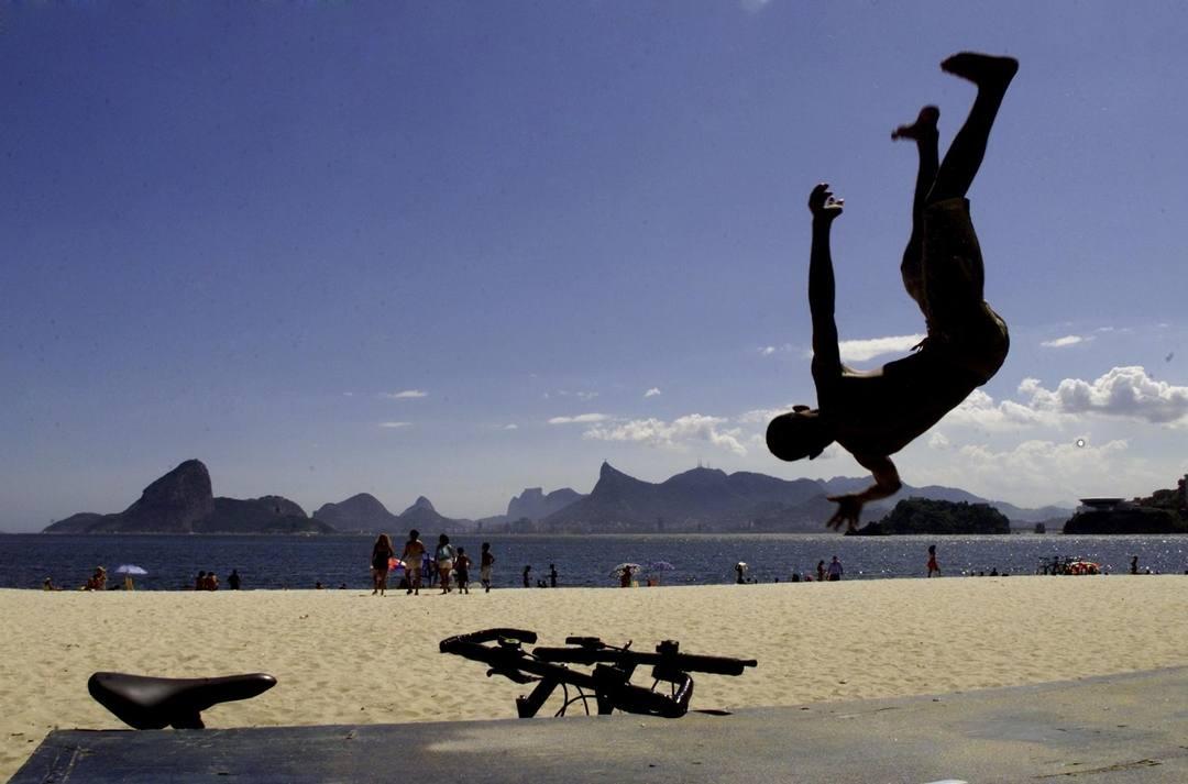 Acrobacia em Niterói com vista para o Rio
