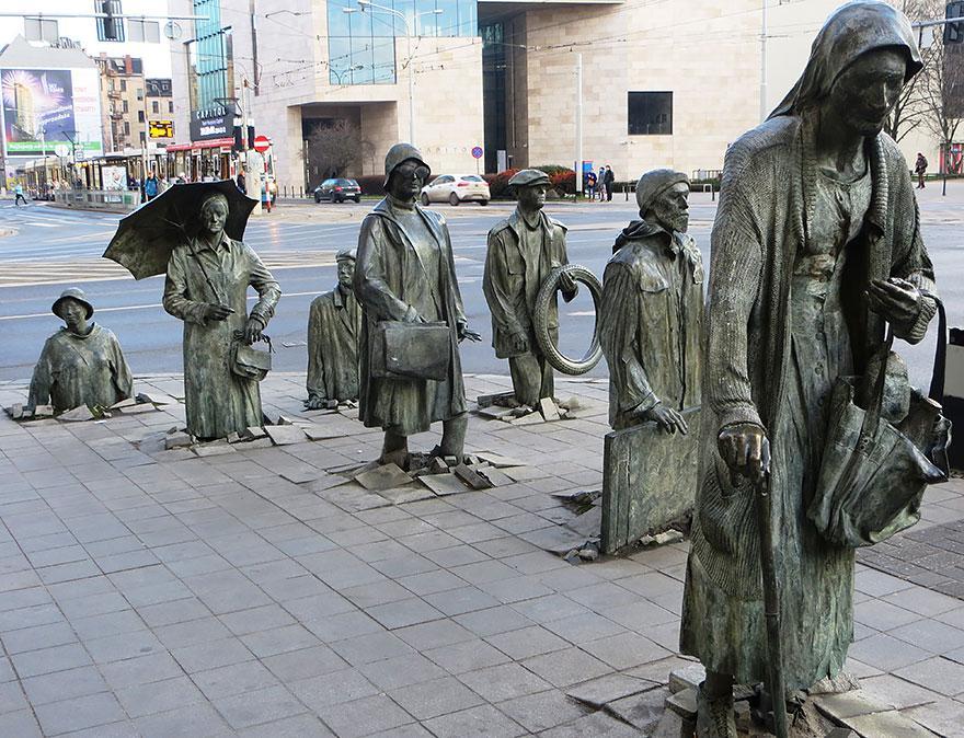 Monumento ao Transeunte Anônimo, Polônia