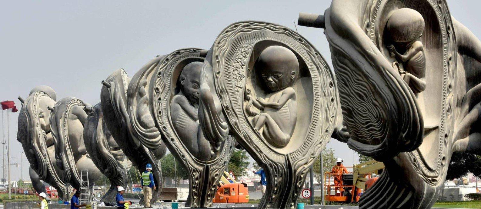 Esculturas da instalação 'A Viagem Maravilhosa' diante do hospital Sidra, no Catar.
