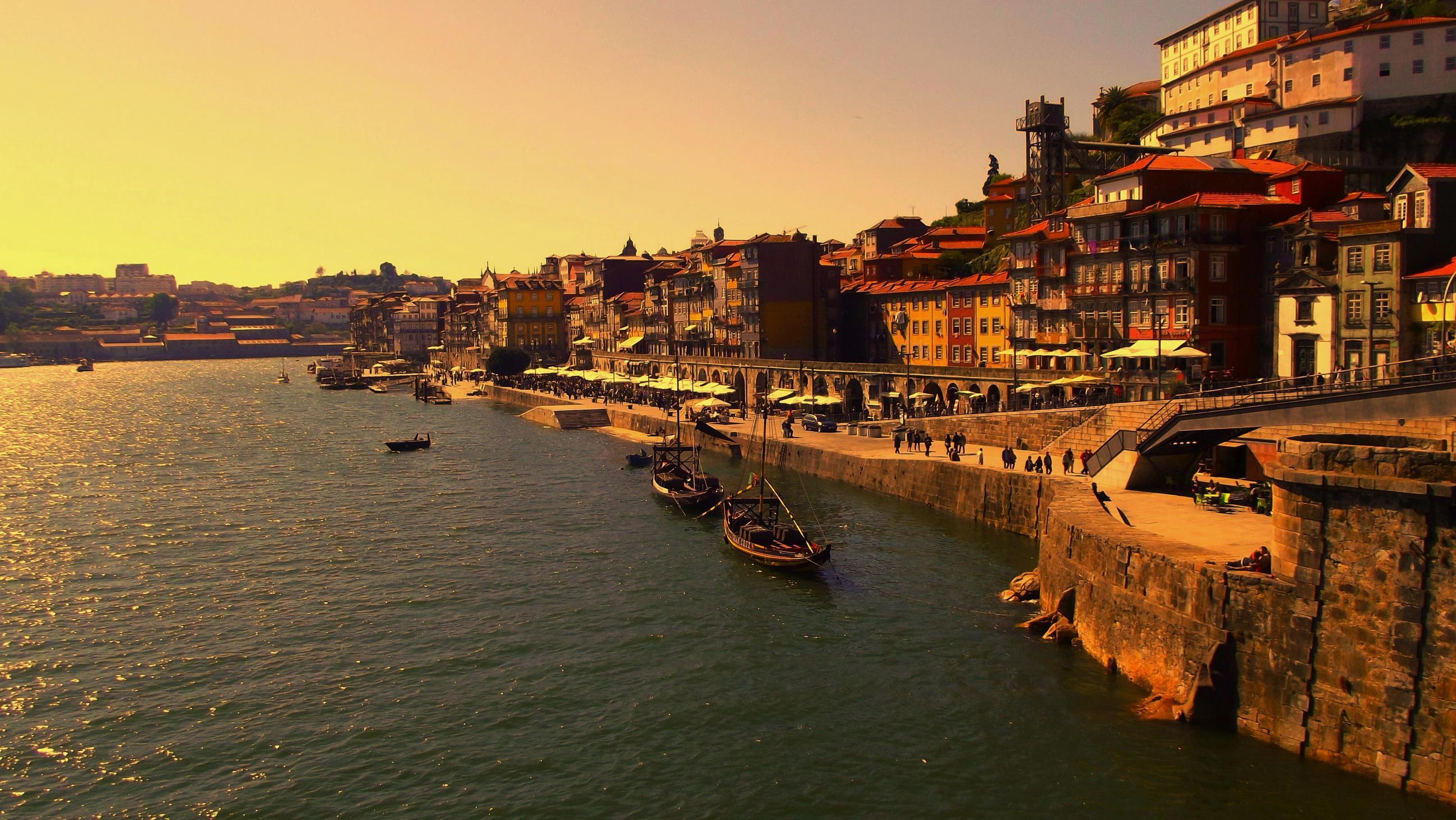 Travessia do Douro, livrarias, azulejos celestiais e culinária sublime. Isto é o Porto.