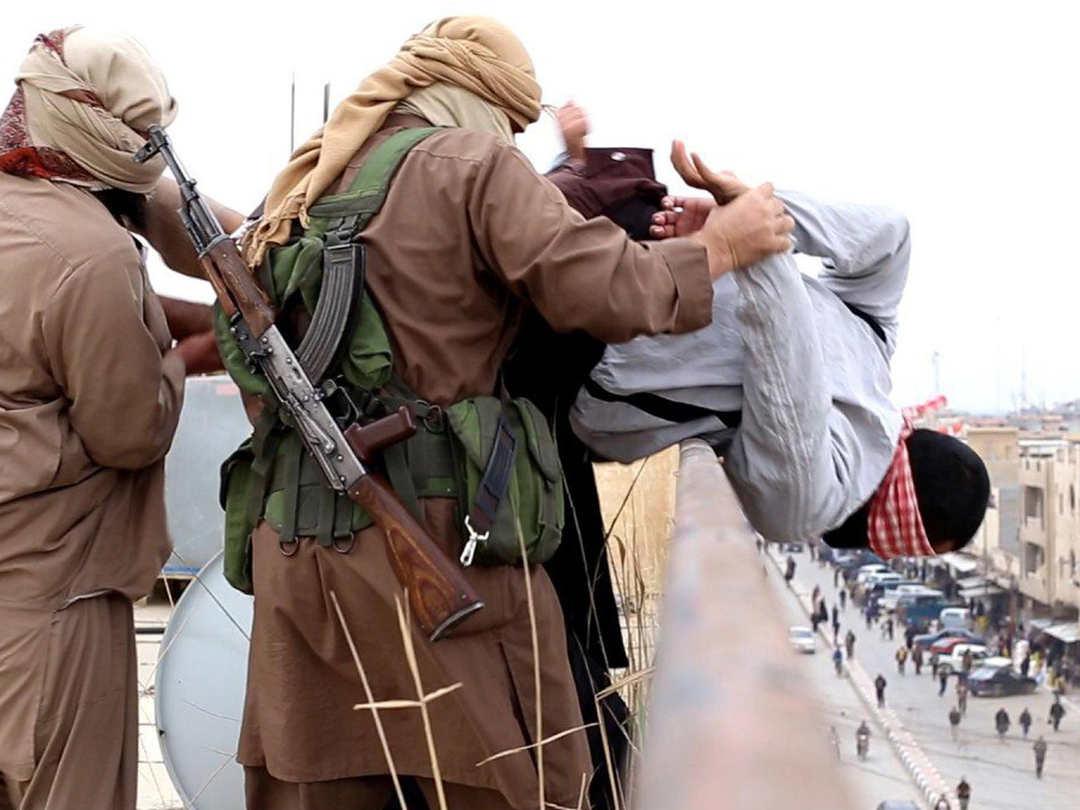 Em Bagdá, militantes do ISIS jogam homem de edifício por ser homossexual