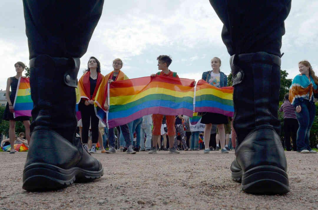 LGBTs russos confrontam extremistas de coturnos