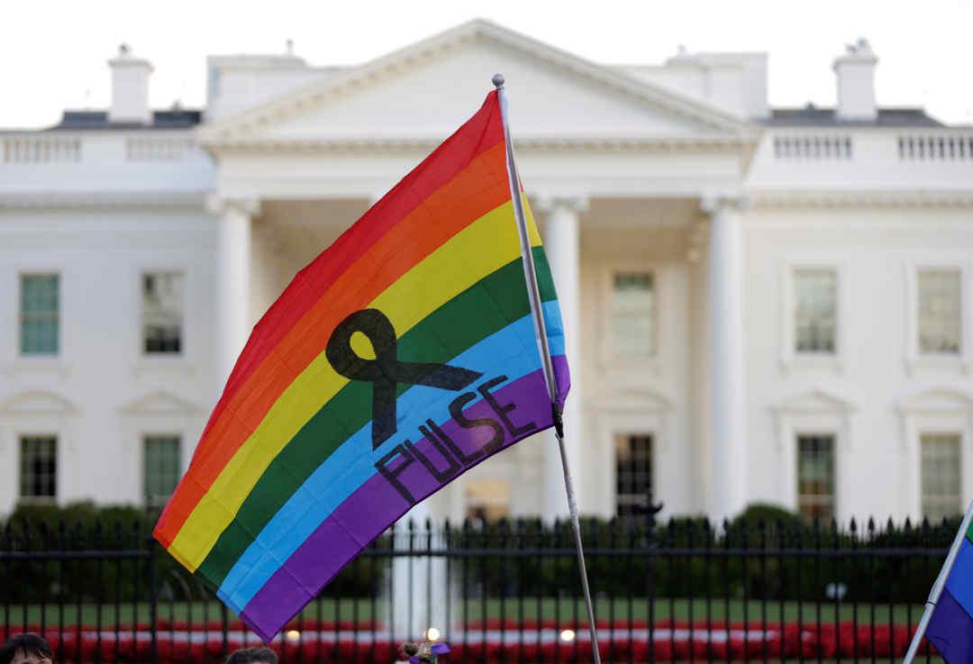 Repúdio ao massacre na boate Pulse chega aos portões da Casa Branca