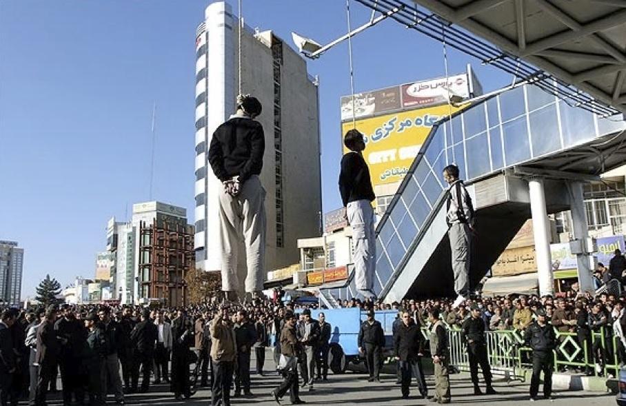 Três homossexuais são enforcados em praça pública em Teerã