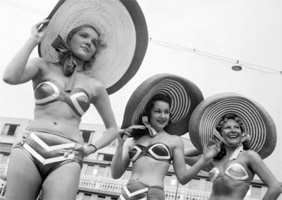 Modelos apresentam os biquínis na piscina Molitor, em 1951.
