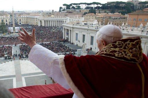 Bento XVI abençoa fiéis, da sacada da Basílica de São Pedro