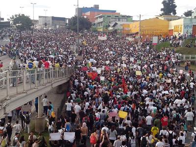 Manifestantes ignoram liminar que proíbe protestos durante a Copa das Confederações em Minas Gerais.