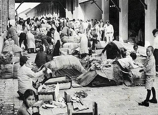 Nos campos de concentração, estudantes brasileiros ofereciam capim aos japoneses detidos.