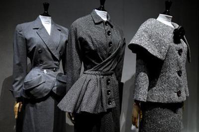 Três criações dos estilistas Balenciaga, Christian Dior e Pierre Cardin.