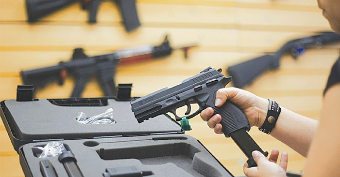 Revólver e pistola são armas mais acessíveis, disponíveis no mercado legal, o que permite uma oferta grande, inclusive no crime.