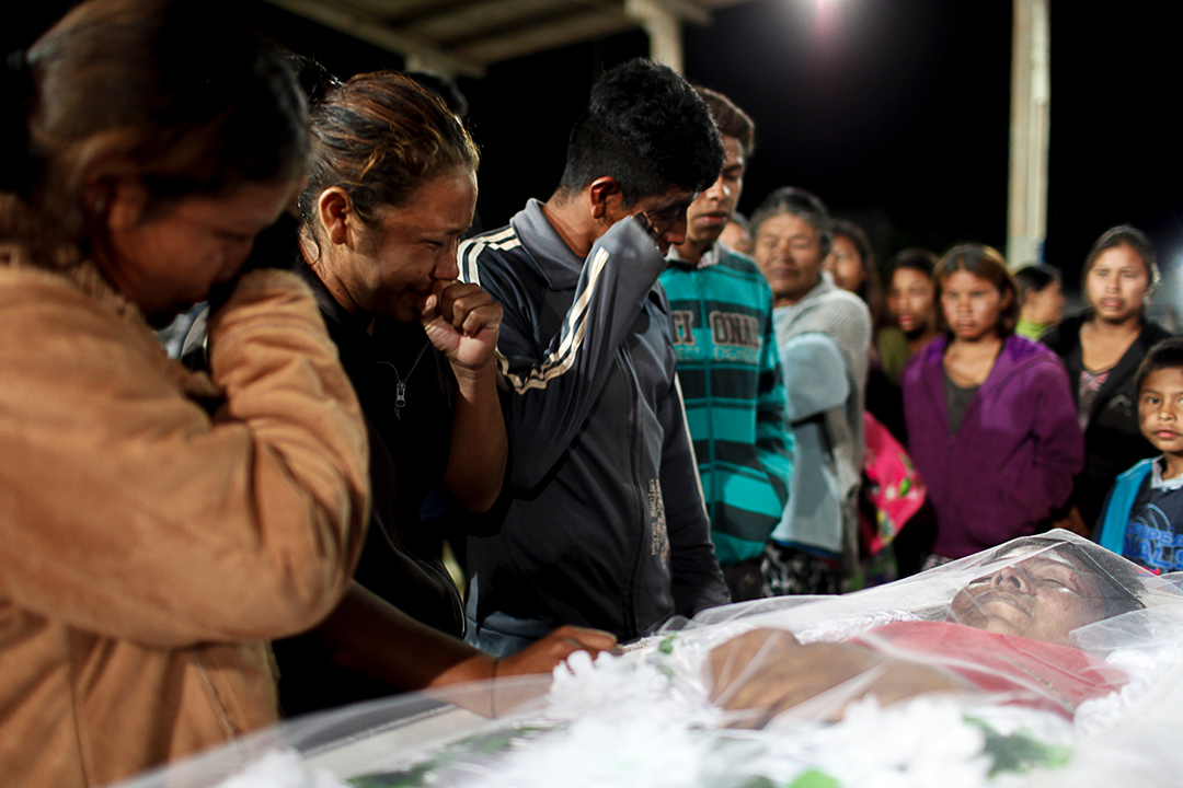 Enterro do agente de saúde indígena Clodiodi Aquileu Rodrigues de Souza, 23 anos, Reserva Te'ykue, Caarapó, MS